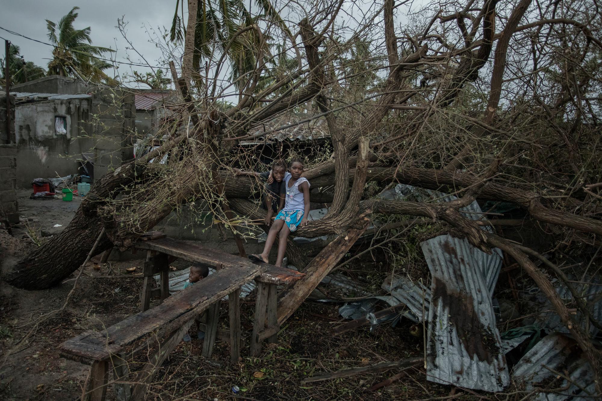 El ciclón Idai arrasó aldeas y partió las carreteras por la mitad, desplazando a millones, cuando azotó el sur de África en marzo. Foto: Josh Estey / CARE