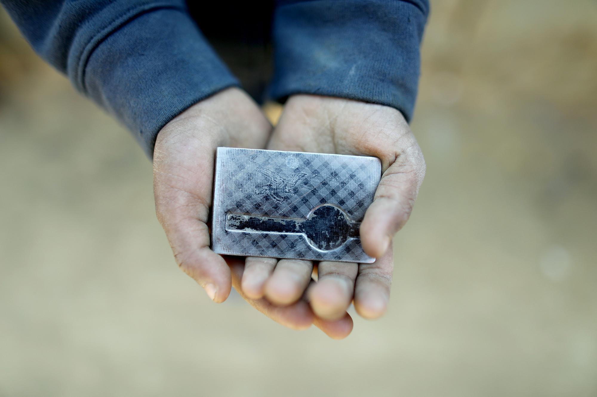 Rohit, de cinco años, encontró esta hebilla de cinturón. Se lo lleva porque es brillante y, según él, valioso.