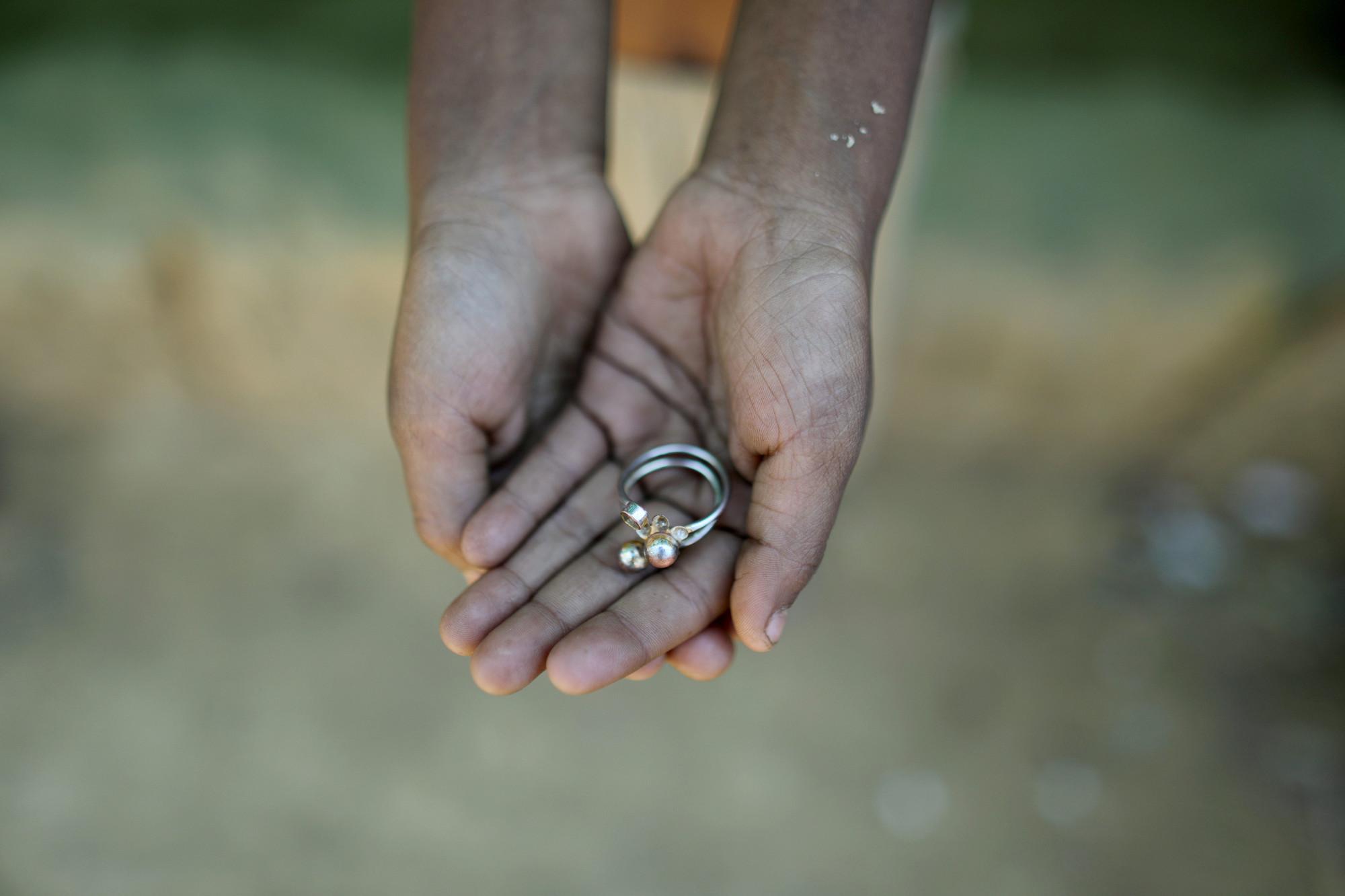 Jasia está feliz. Encontró un anillo perdido. Pero ella no quiere casarse pronto.