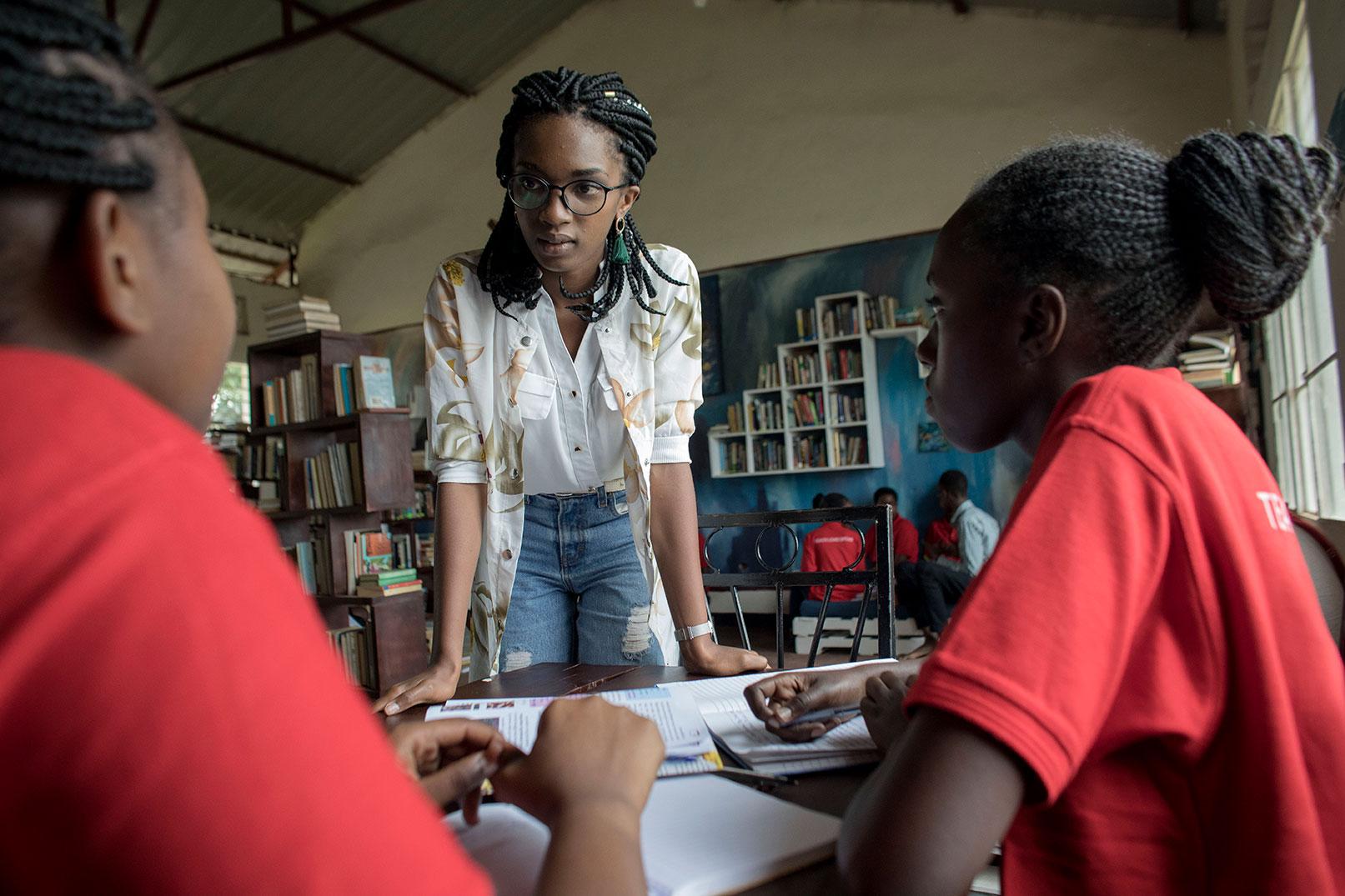 Dominique está comprometida con la tutoría de las niñas.