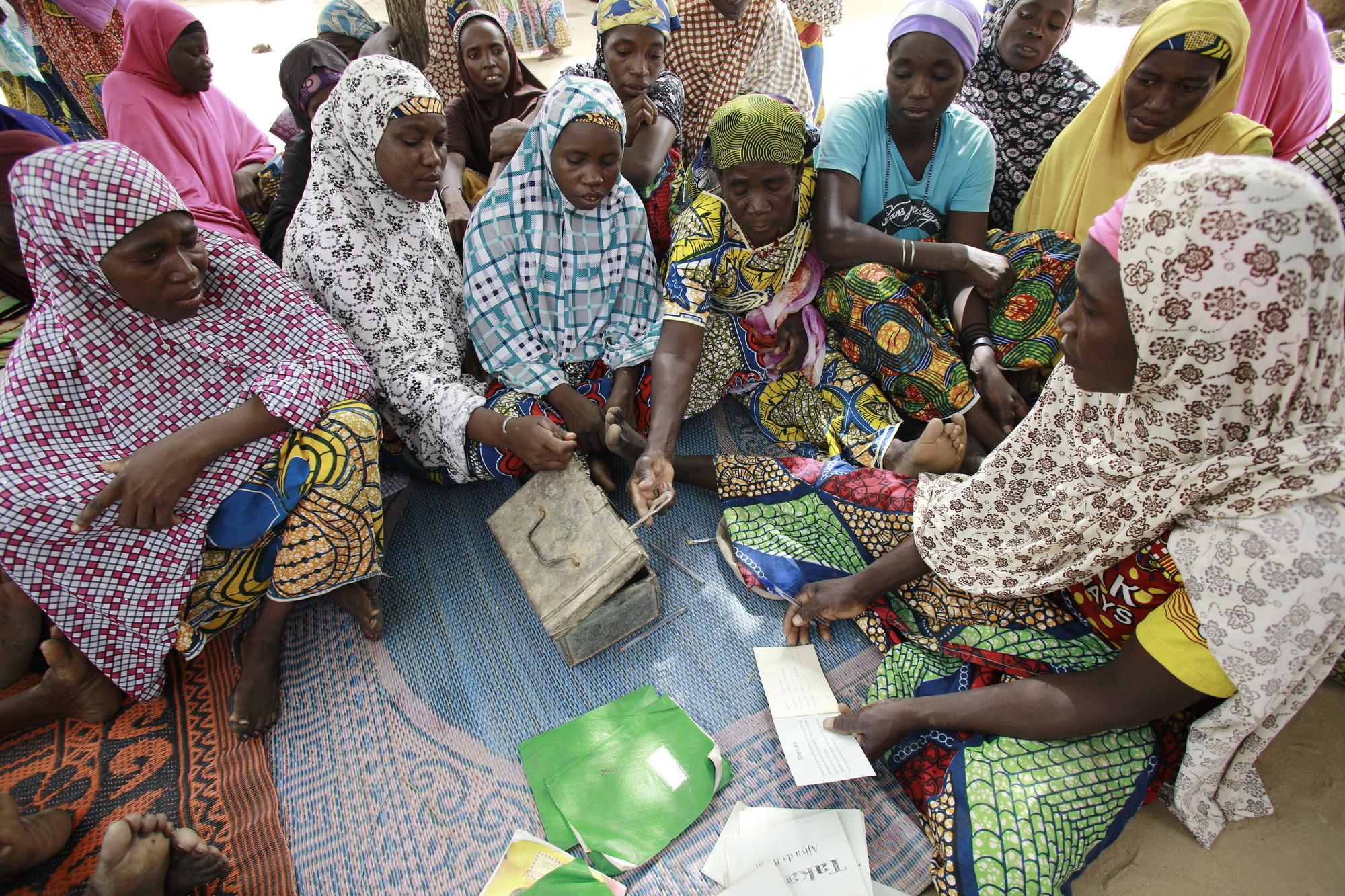 As mulheres se reúnem em uma reunião do VSLA em Kagadama, Níger, onde a CARE iniciou seu programa piloto de poupança e empréstimo há quase 30 anos. Foto: Josh Estey / CARE