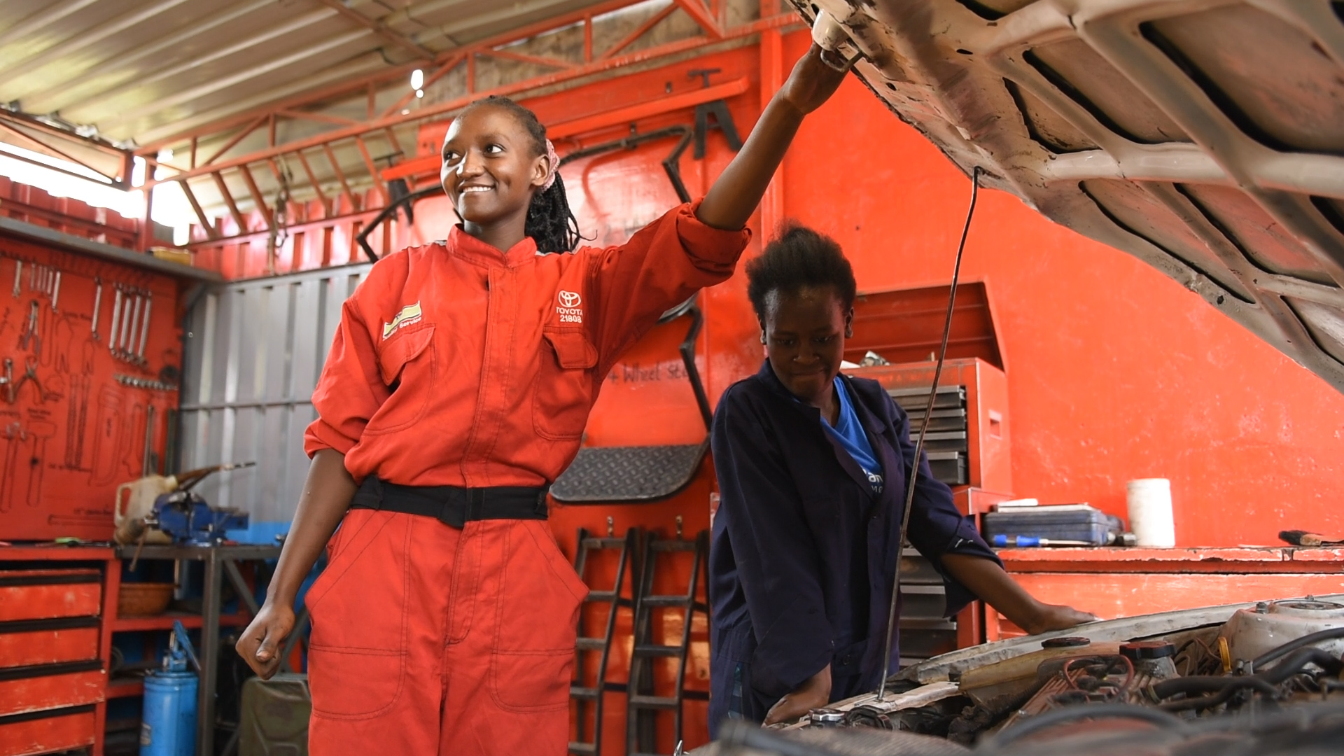 Hace unos años, Peninah tuvo la idea de capacitar a mujeres jóvenes como mecánicas automotrices. Sabía que el oficio les ofrecería la oportunidad de ganar un salario digno y creía que las mujeres que trabajaban en la industria dominada por hombres tendrían una ventaja. Foto: Kate Adelung / CARE