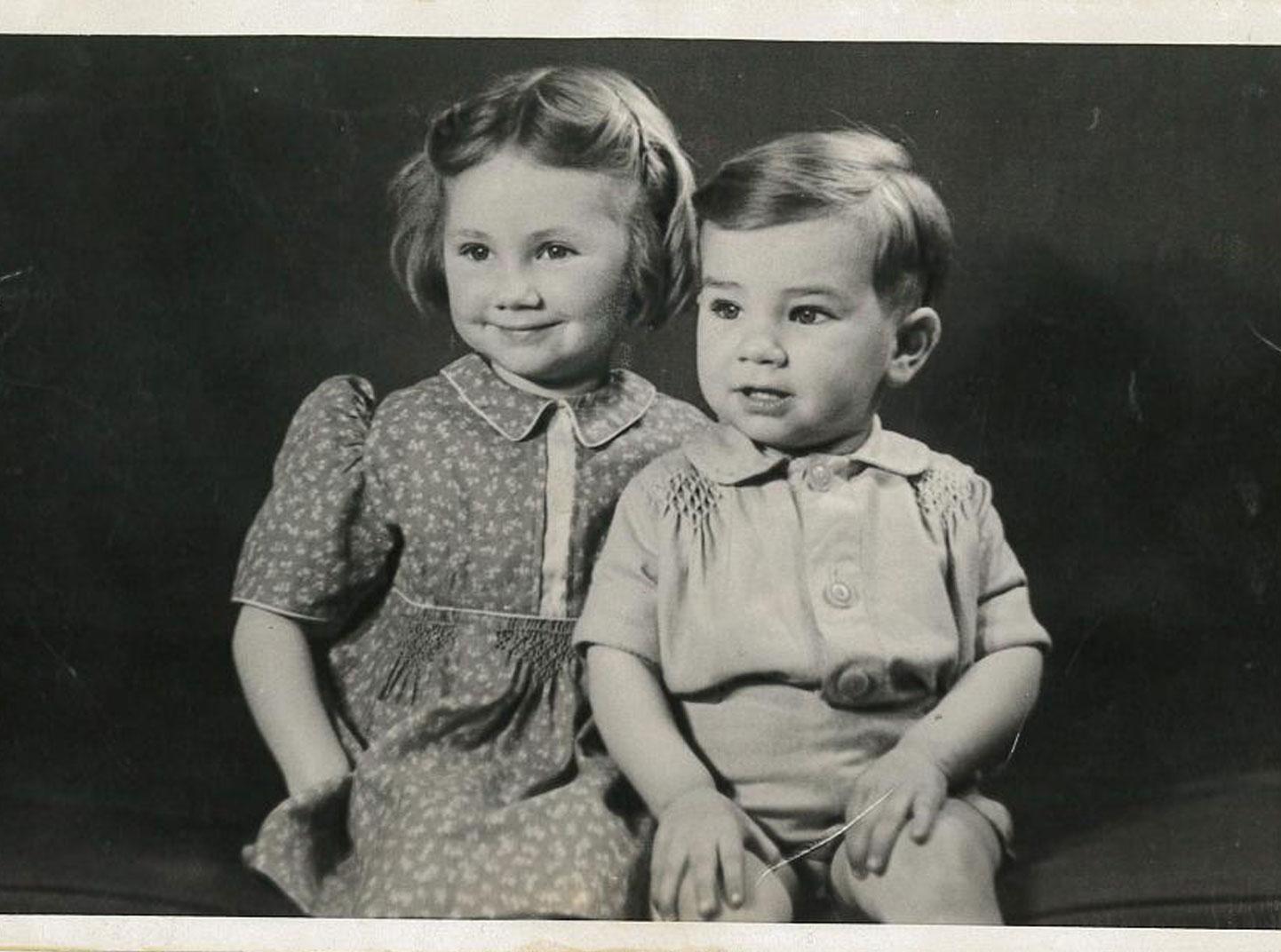Une image en noir et blanc d'un jeune garçon et fille.