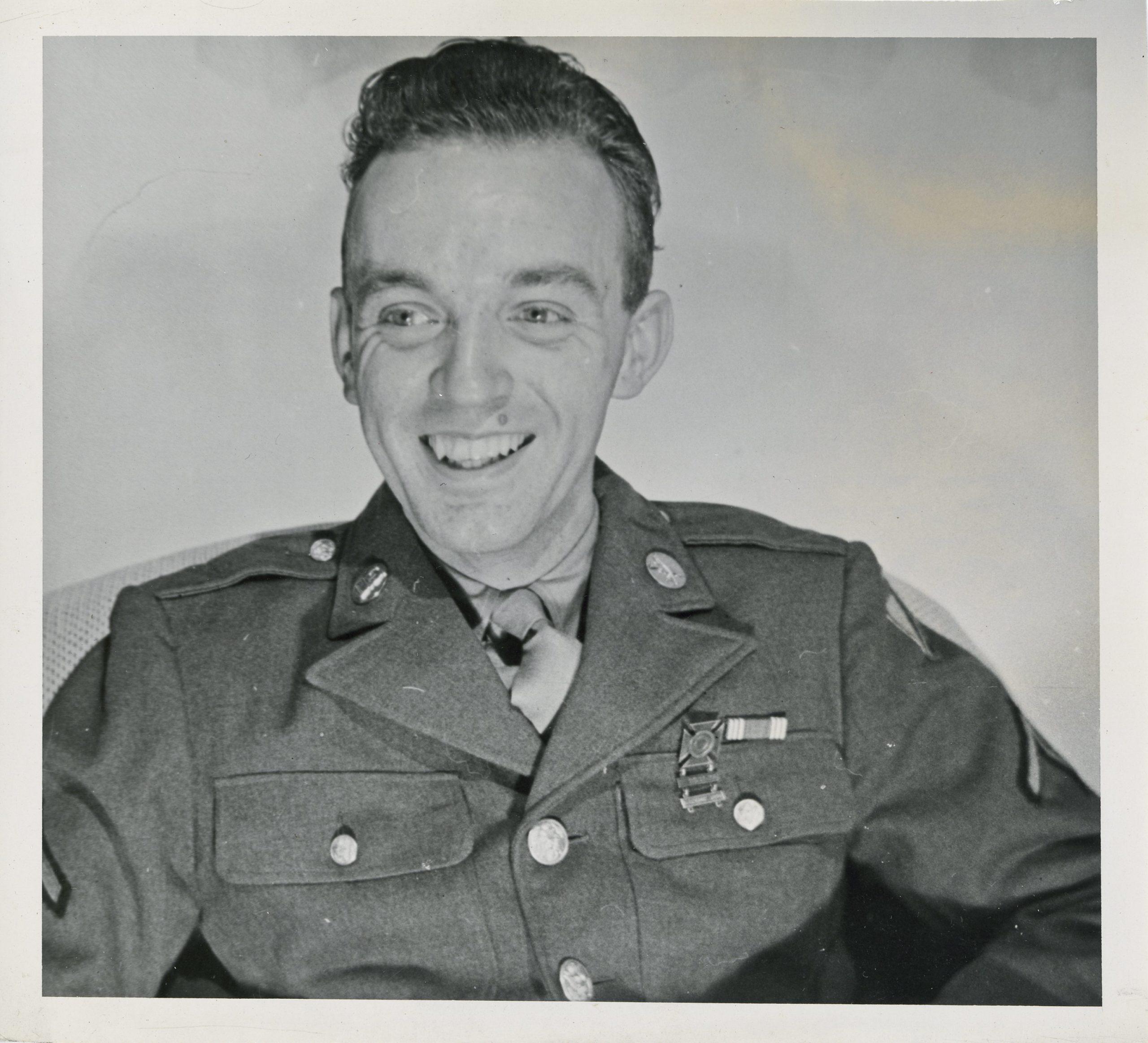 Um jovem soldado americano sorri.
