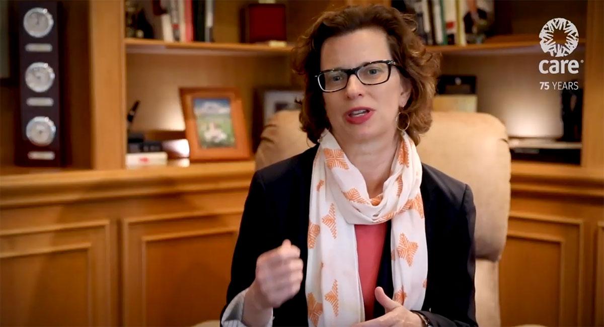 La directora ejecutiva de CARE, Michelle Nunn, hace un gesto con las manos mientras habla a la cámara.