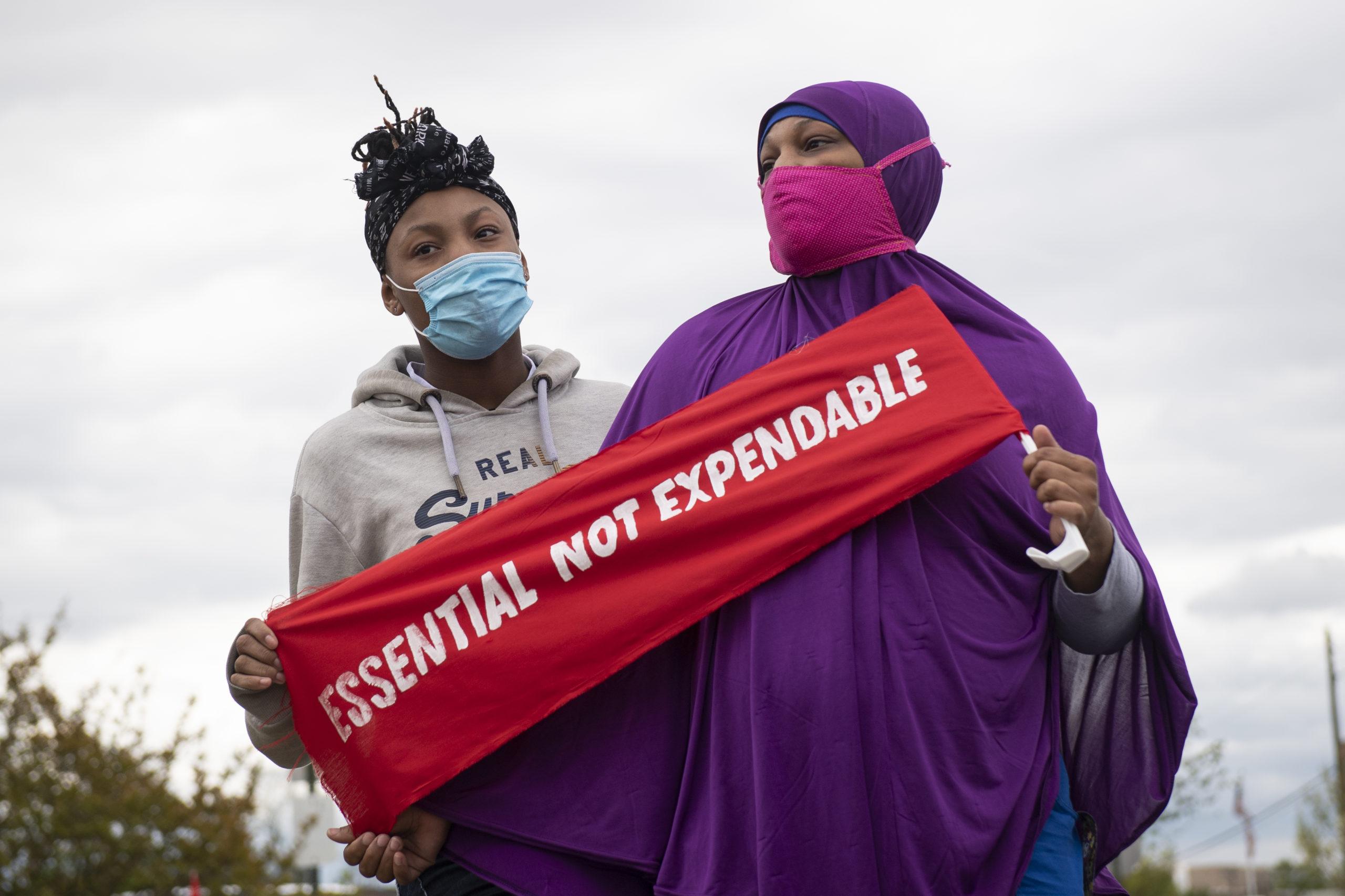 Activistas de Black Lives Matter DC, 1199SEIU y ShutDownDC sostienen un cartel mientras participan en una protesta para resaltar la difícil situación de los miembros vulnerables de la comunidad, incluidos trabajadores inmigrantes y personas en cárceles, prisiones y centros de detención de ICE expuestos al coronavirus el lunes 27 de abril. , 2020