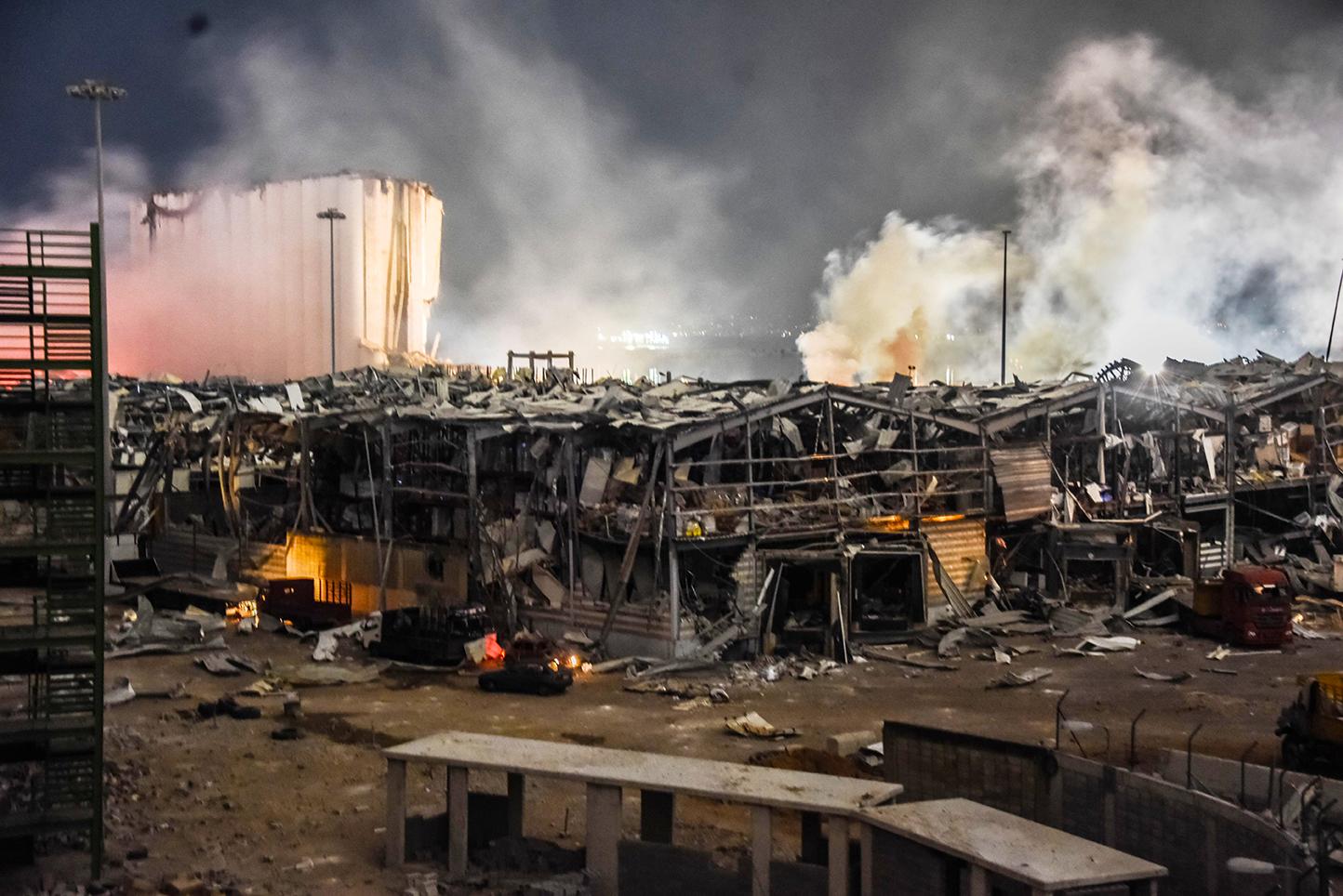 Fumaça e molduras de edifícios destruídos.