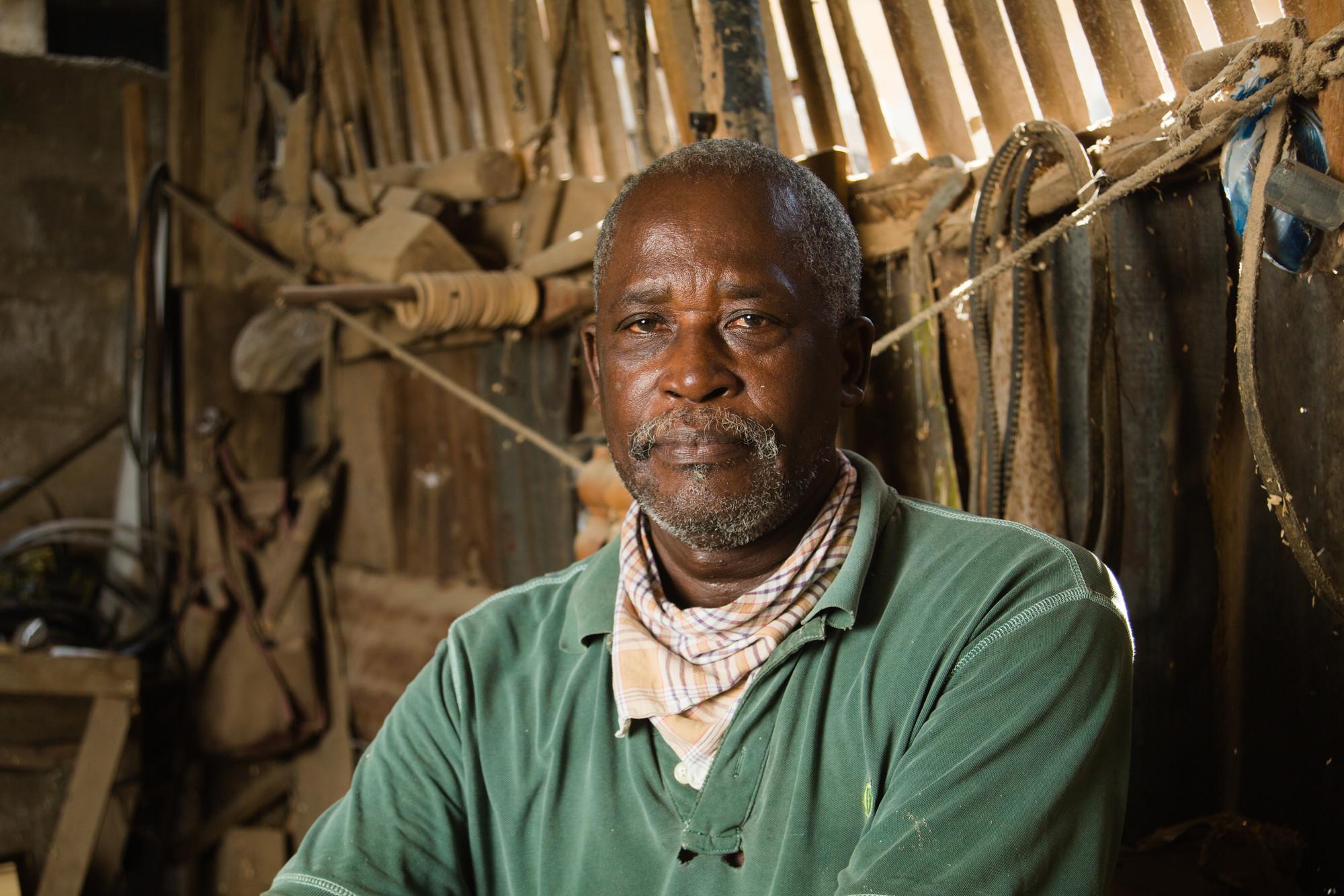 Un hombre se sienta en una carpintería.