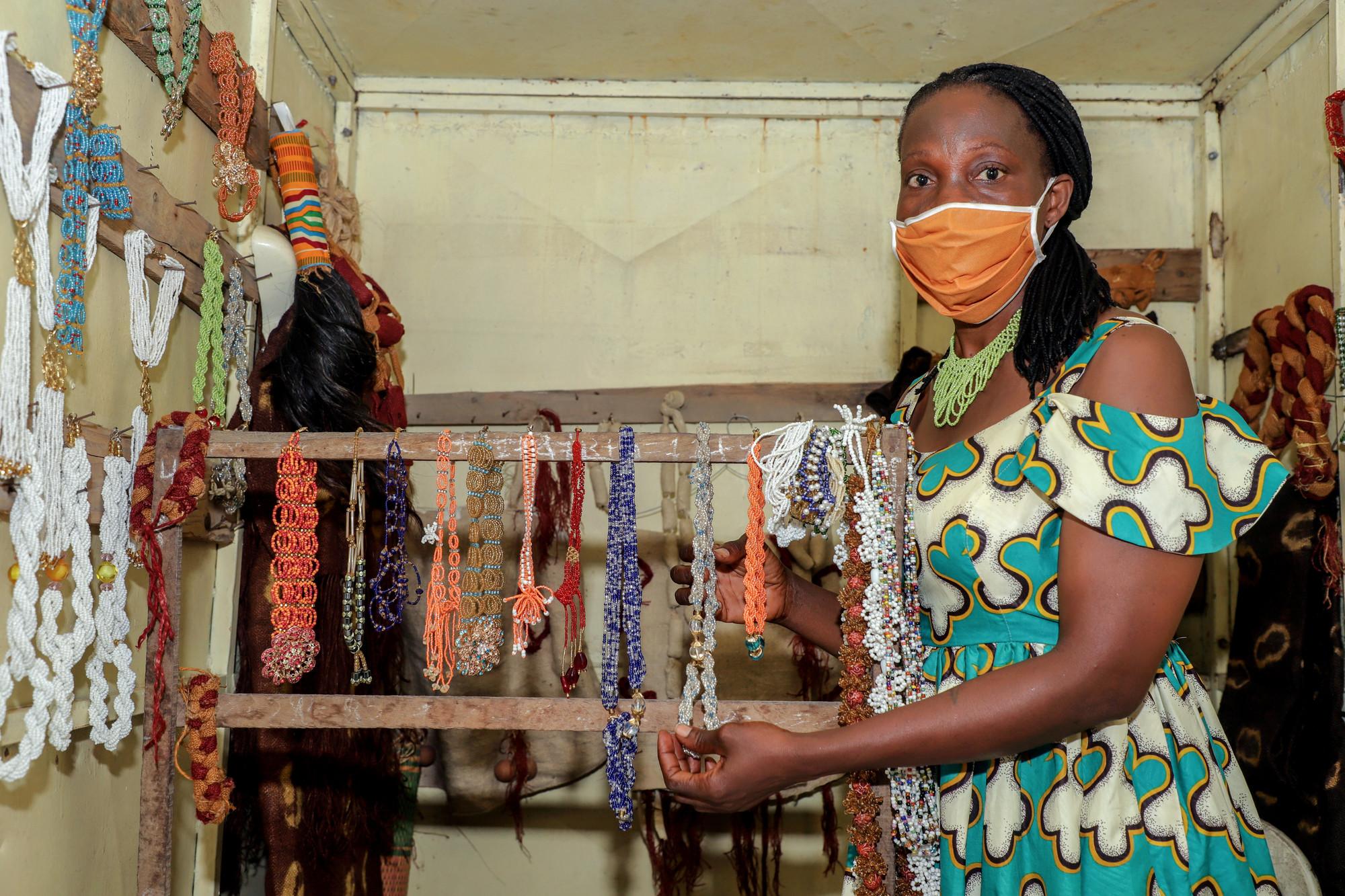Uma mulher com uma máscara facial vende máscaras de pano
