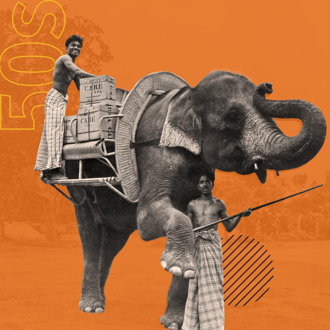 Una imagen en blanco y negro de un hombre colocando paquetes CARE en una plataforma sobre un elefante.