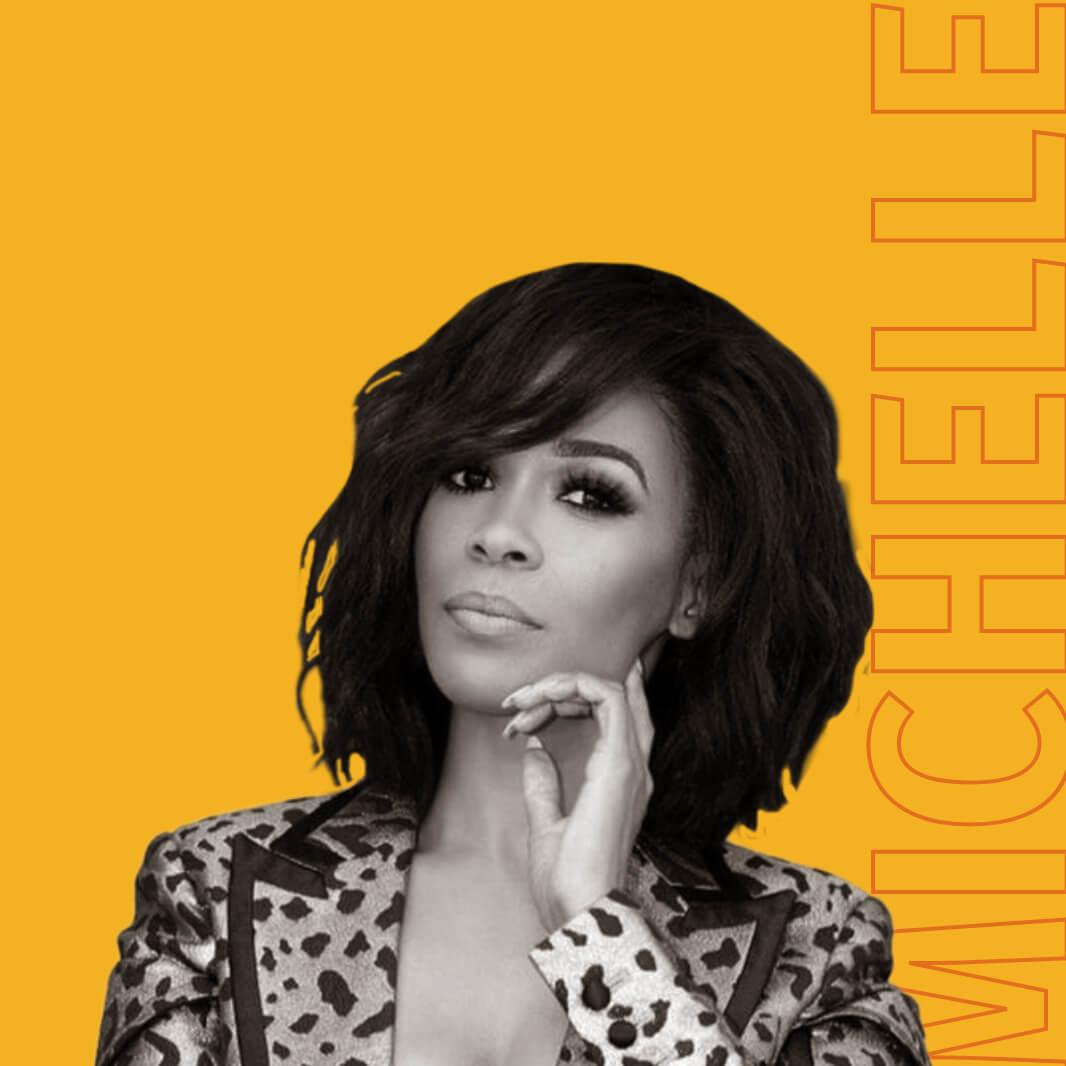 Uma imagem em preto e branco de Michelle Williams. Atrás dela está um texto com contorno laranja que diz: