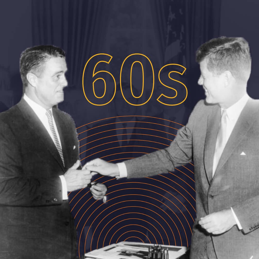 Una imagen en blanco y negro del presidente John F. Kennedy estrechando la mano de un hombre. Detrás de ellos, en un texto delineado en amarillo, se lee: