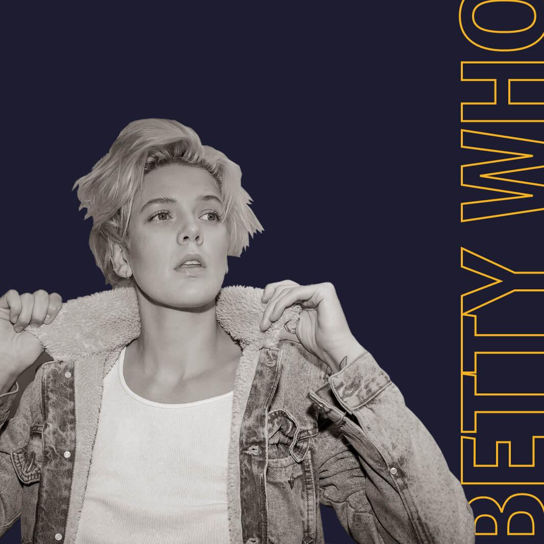 Uma imagem em preto e branco da cantora Betty Who. Atrás dela, lê-se um texto decorativo com contorno amarelo,