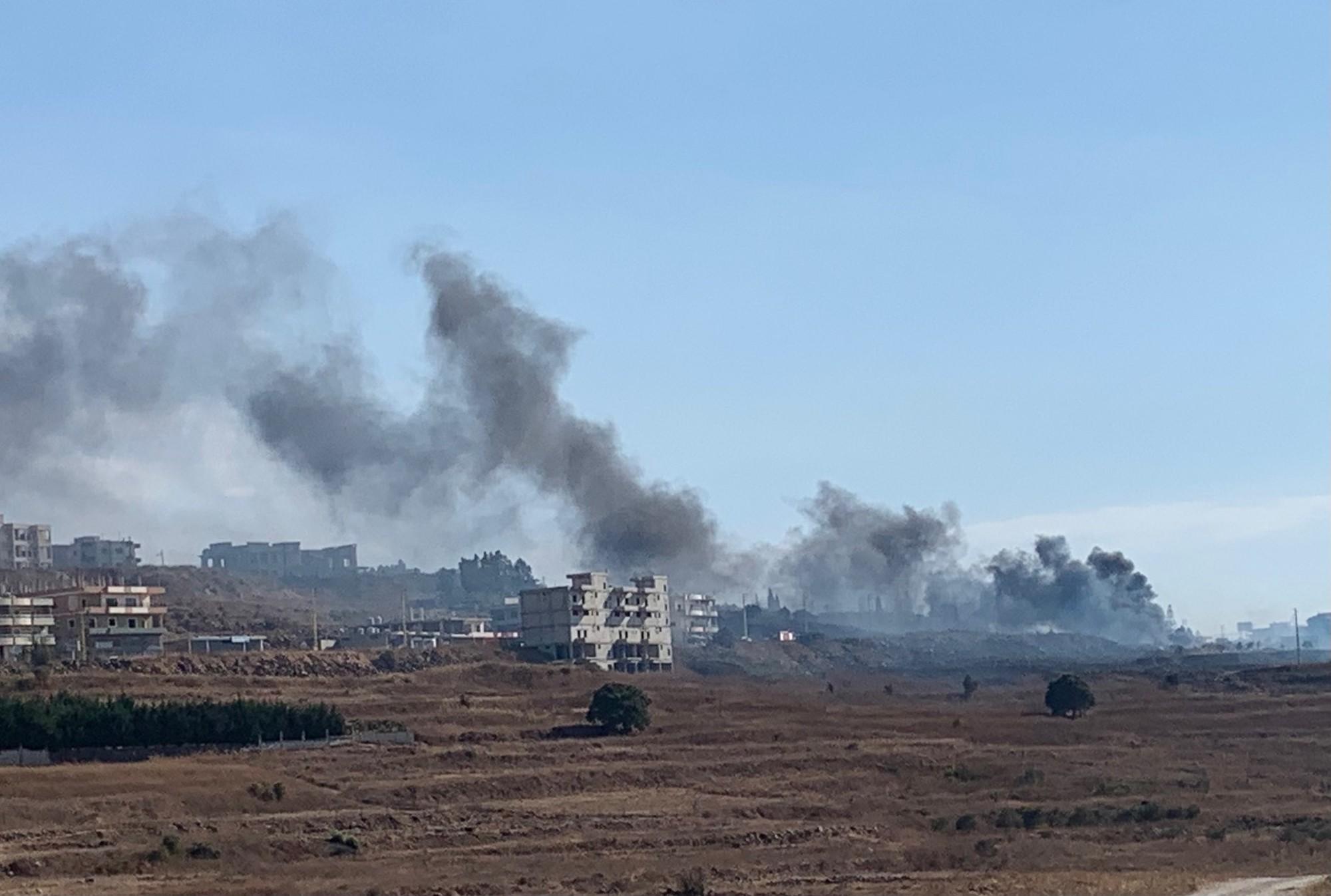 Nuages gris de fumée d'une explosion contre le ciel bleu au Liban.
