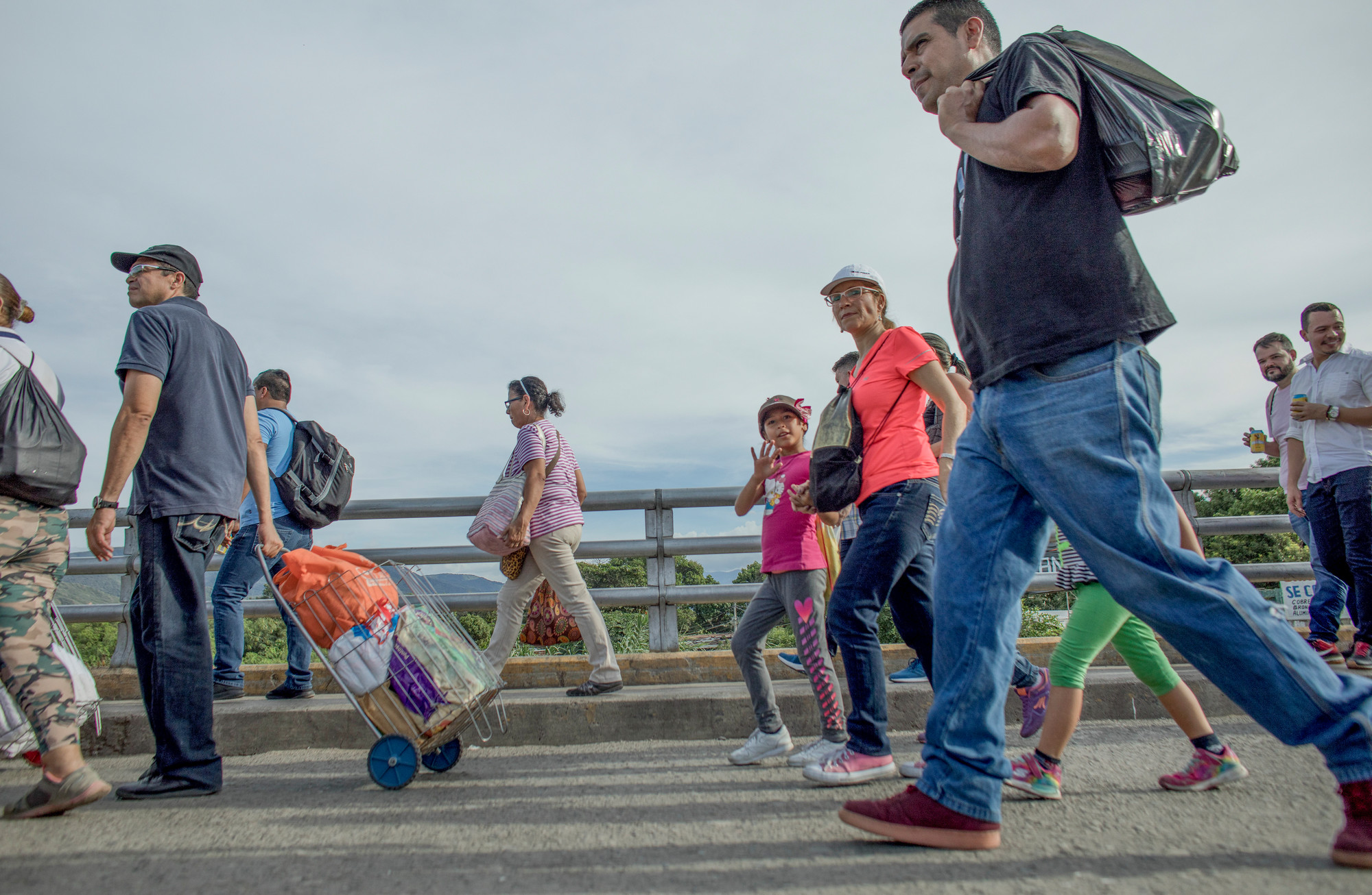 Chaque jour, il y a un flux constant de migrants qui passent dans chaque direction, au poste frontière entre le Venezuela et la Colombie dans la ville de Cucuta le 8 mai 2019. Certains sont des migrants pendulaires travaillant et vivant dans les deux endroits et d'autres sont venus fuir. Venezuela.
