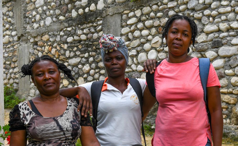 Tres mujeres están juntas en Haití.